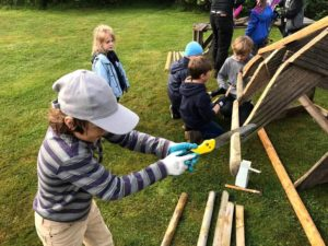 Kinder lernen praktisches Arbeiten