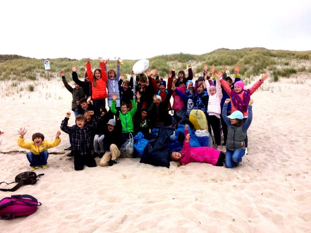 gemeinsame Müllsammelaktion am Strand von Sylt